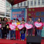 陽光基金會執行長(左四)參與統一發票盃的捐贈儀式
