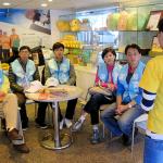 日立志工們認真聆聽工作人員解說陽光的服務