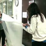 志工們認真地丈量、裁剪氣泡布。