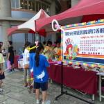 氣球社同學們戴著自製的氣球來招攬生意