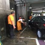 在汽車美容大哥哥指導下洗車。