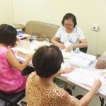 志工每周至陽光總會協助整理捐款人收據