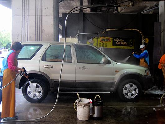 日立冷氣不畏寒冷協助洗車。
