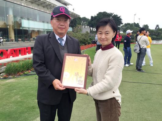105年陽光桃竹服務中心吳慧絹主任(圖右)致贈感謝狀予台灣日立綜合空調李政平總經理。