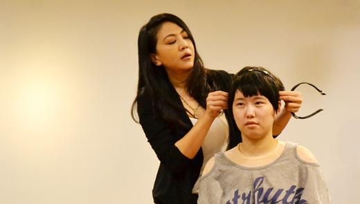 依霖老師為傷友示範戴髮箍正確位置,傷友驚呼原來自己都戴錯位置。