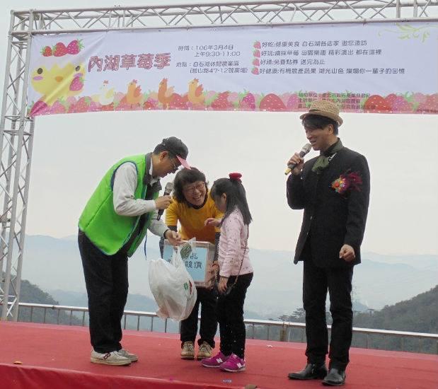 現場也有小朋友上台參與愛心競標活動