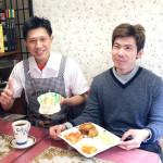 阿峰(左)和小宇(右)熱情推薦店內的招牌餐點。