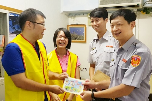 黃國書所長(右一)與陳威宇副所長(右二)帶來同仁的愛心捐款,陽光回贈卡片致意。