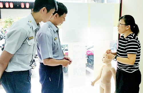 黃國書所長、陳威宇副所長詢問壓力衣的功效。