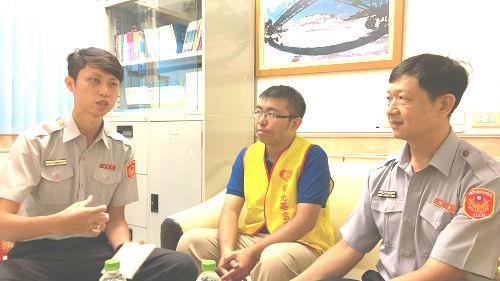 俊諺與黃國書所長、陳威宇副所長分享燒傷顏損朋友的故事。