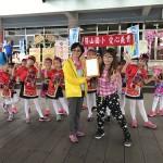 橫山國小義賣糖果粽所得全數捐贈陽光社會福利基金會,基金會資深社教專員鄭蕙蓮也現場分享心路歷程,吸引許多遊客熱烈響應。