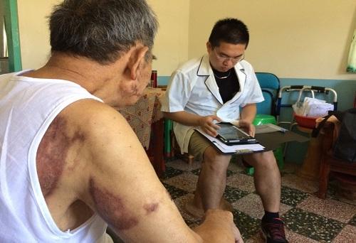 治療師於服務中使用ZanPad,即時記錄傷友復健狀況。