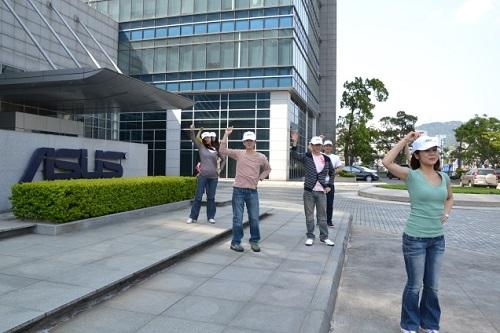 華碩員工跳加油舞挺陽光加油。