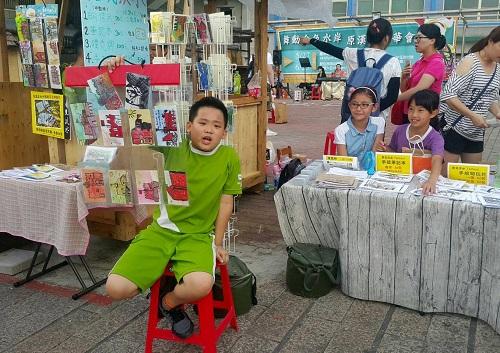 孩子認真的叫賣、努力推銷自己的作品
