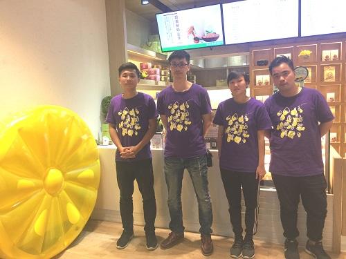 草本茶集大安森林店劉店長(左一)和工作夥伴們