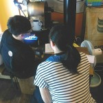 講師(左)講解烘豆機的使用方式,傷友(右)認真的作筆記。