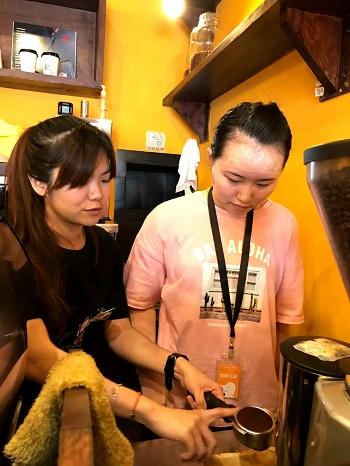 傷友(右)認真地聽講師(左)解說咖啡沖製的方法。