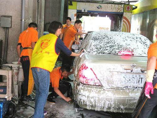 賽諾菲夥伴協助身心障礙員工洗車