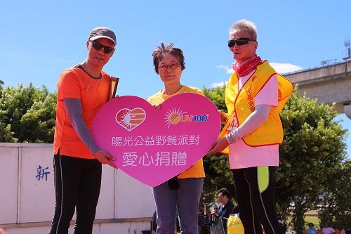 口友蔡維國大哥(右)代表陽光基金會,接受UV100愛心捐贈。