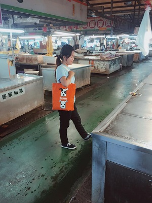 帶著「臉部平權提袋」逛菜市場也好潮!搭配這次活動,特別開設專區讓粉絲分享提袋穿搭照!