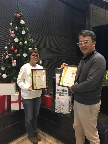 陽光基金會致贈感謝狀予雄獅集團總經理陳正達(右)