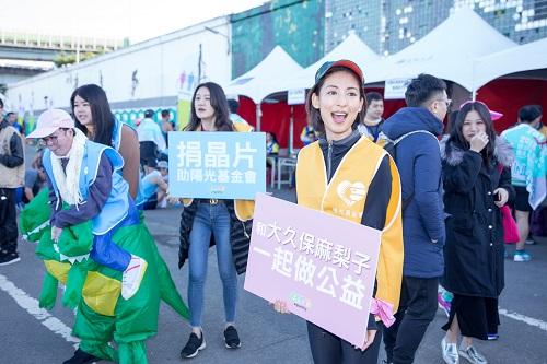 穿上陽光志工的背心,麻梨子和傷友、志工們一起吶喊呼籲捐晶片