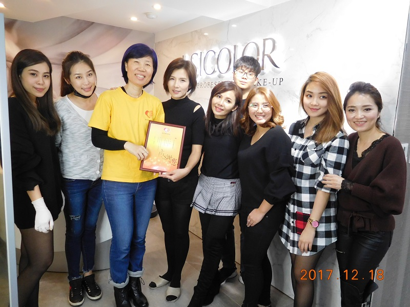 民生重建中心林韻茹主任(左三)代表陽光致贈感謝狀給綺色佳團隊。